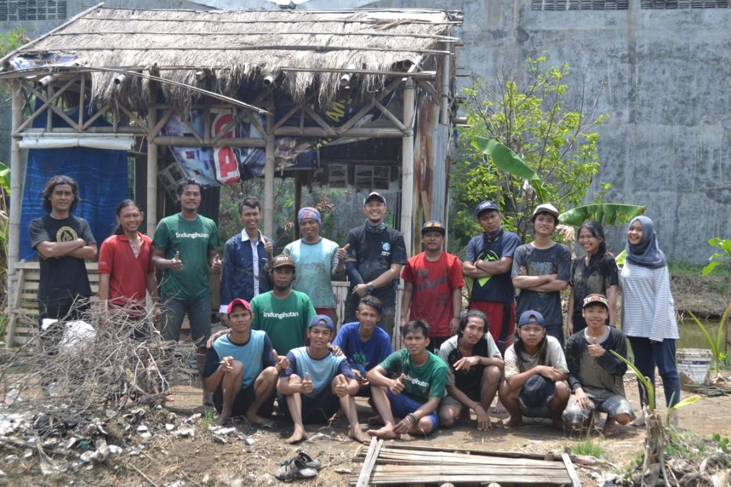 Rob Tak Halangi Semangat TRIPARI dan Relawan LindungiHutan Semarang Tanam Mangrove di Trimulyo