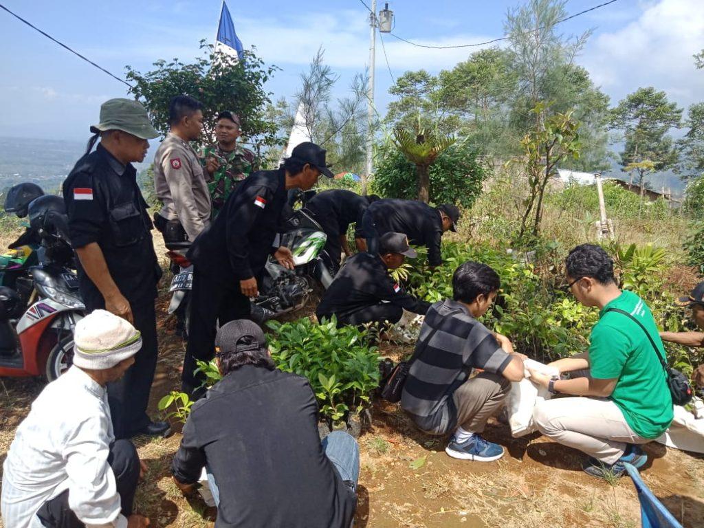 Relawan LindungiHutan dan Berbagai Pihak Melakukan Penghijauan dalam Gerakan RawatBumi