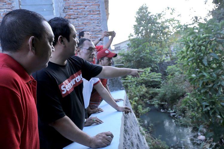 Wali Kota Semarang Hendrar Prihadi didampingi Sekretaris DPU dan Ketua LPMK meninjau sungai usulan dari warga untuk dibangun talud saat jalan sehat di Kelurahan Kedungmundu, Kecamatan Tembalang, Kota Semarang, Kamis (5/9/2019)