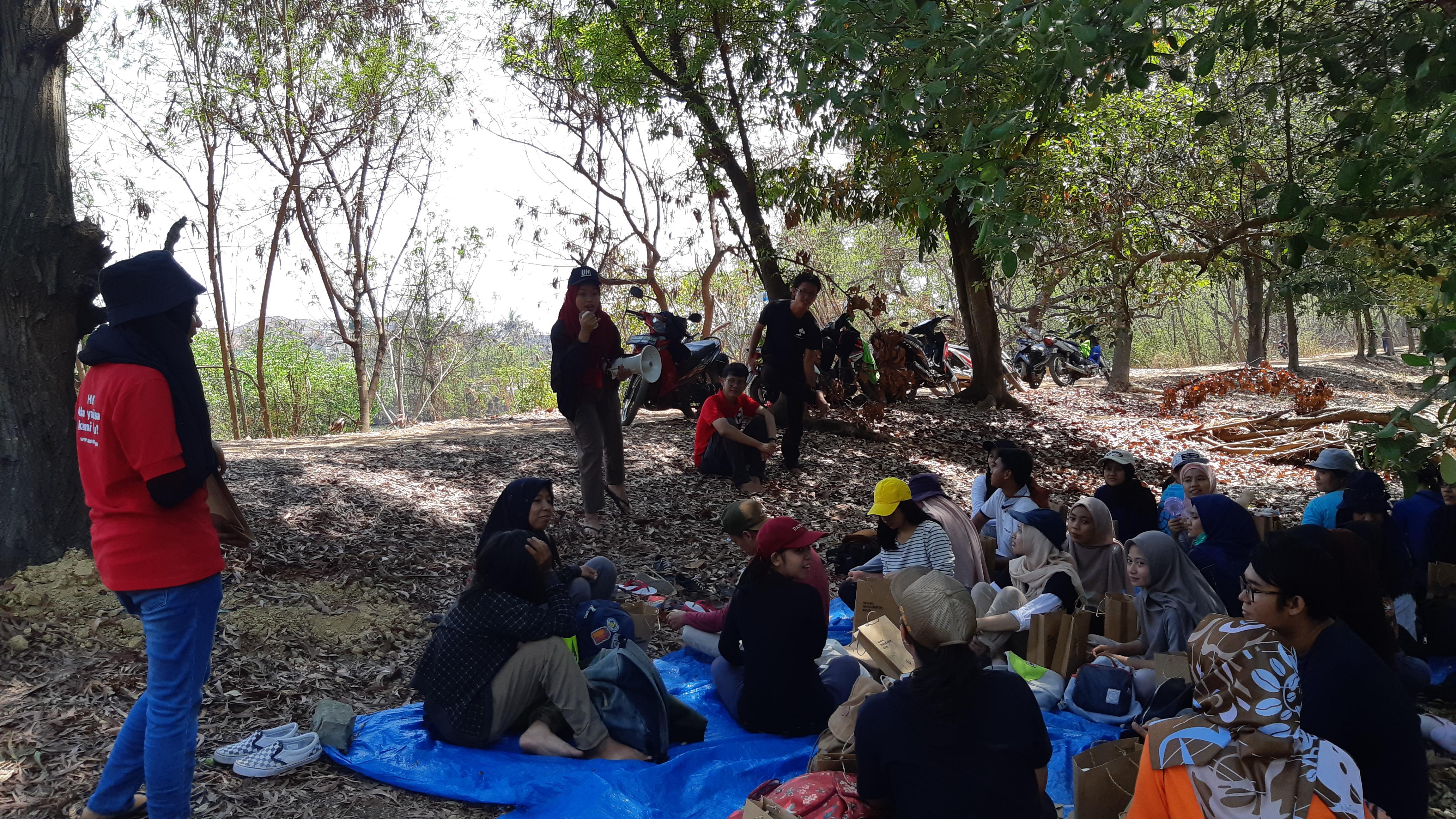 Peserta dan Karyawan PT. Mendekor Anugerah Indonesia Mendengarkan Materi Tentang Mangrove di Ekowisata Mangrove Pantai Indah Kapuk, Jakarta Utara.