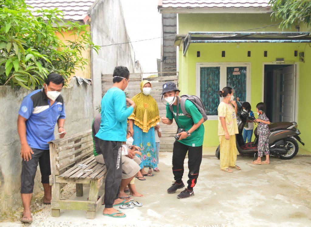 Foto Salah Seorang Relawan LindungiHutan Riau Saat Membagikan Masker N95 dan Memberi Pengarahan kepada Masyarakat tentang Bahaya Menghirup Asap dari Kebakaran Hutan di Riau/Motivasi Menjadi Relawan