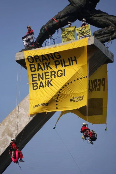Spanduk Raksasa yang tengah dipasang oleh aktivis Greenpeace Indonesia di Monumen Selamat Datang, Bundaran HI.
