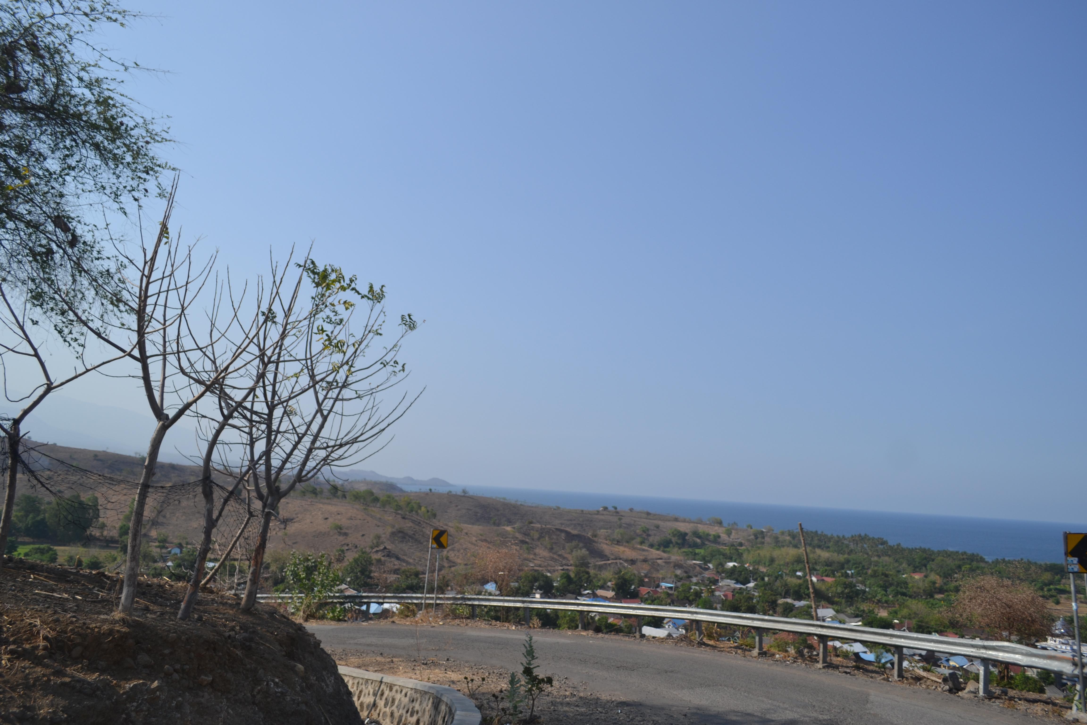 Pesona keindahan pemandangan alam Bima yang berbatasan dengan laut, kontras terhadap bukit yang gundul.