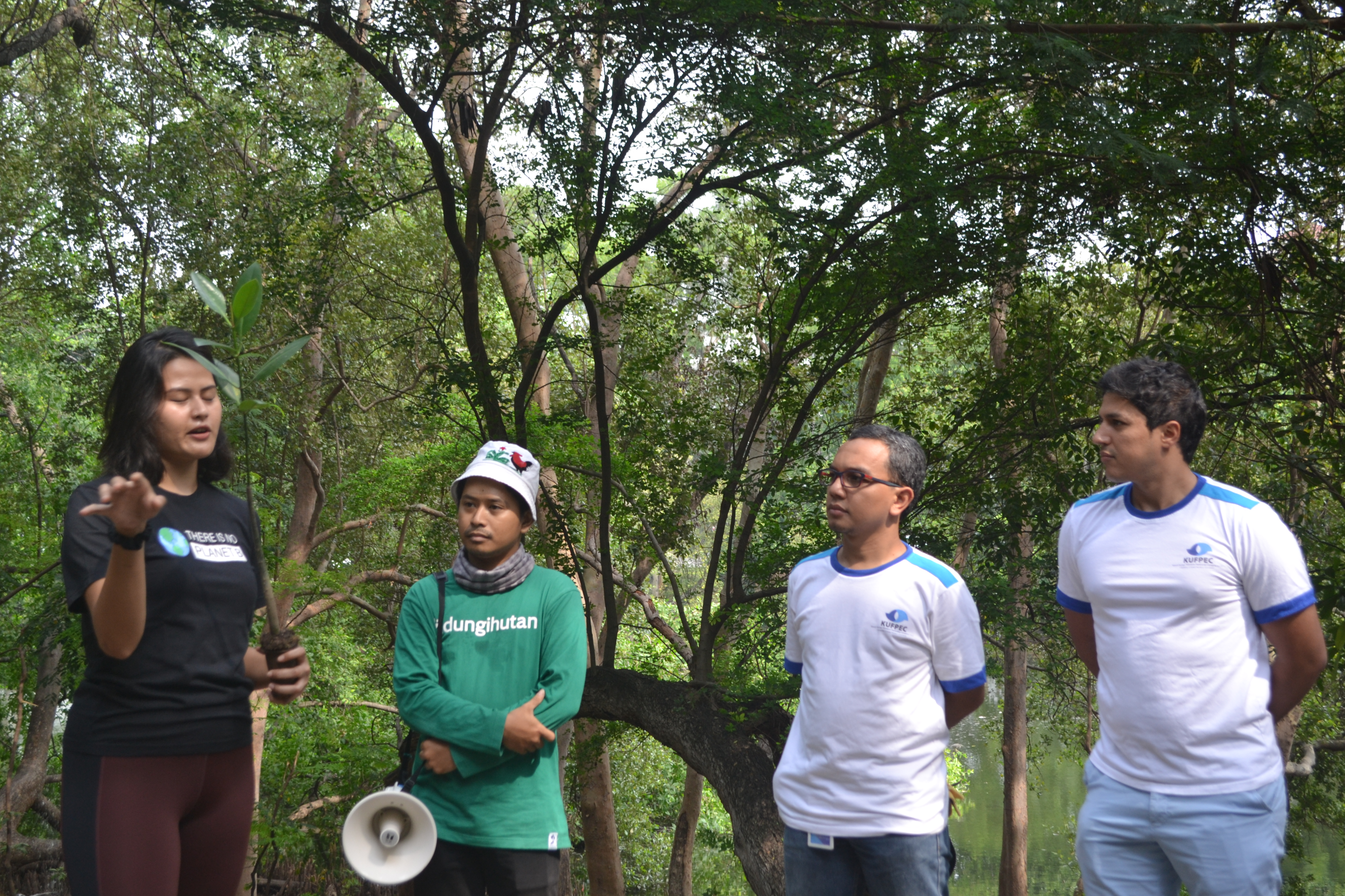 KUFPEC bersama LindungiHutan dan Relawan Hutan Jadetabek dalam aksi penanaman pohon mangrove di kawasan mangrove Pantai Indah Kapuk, Jakarta Utara