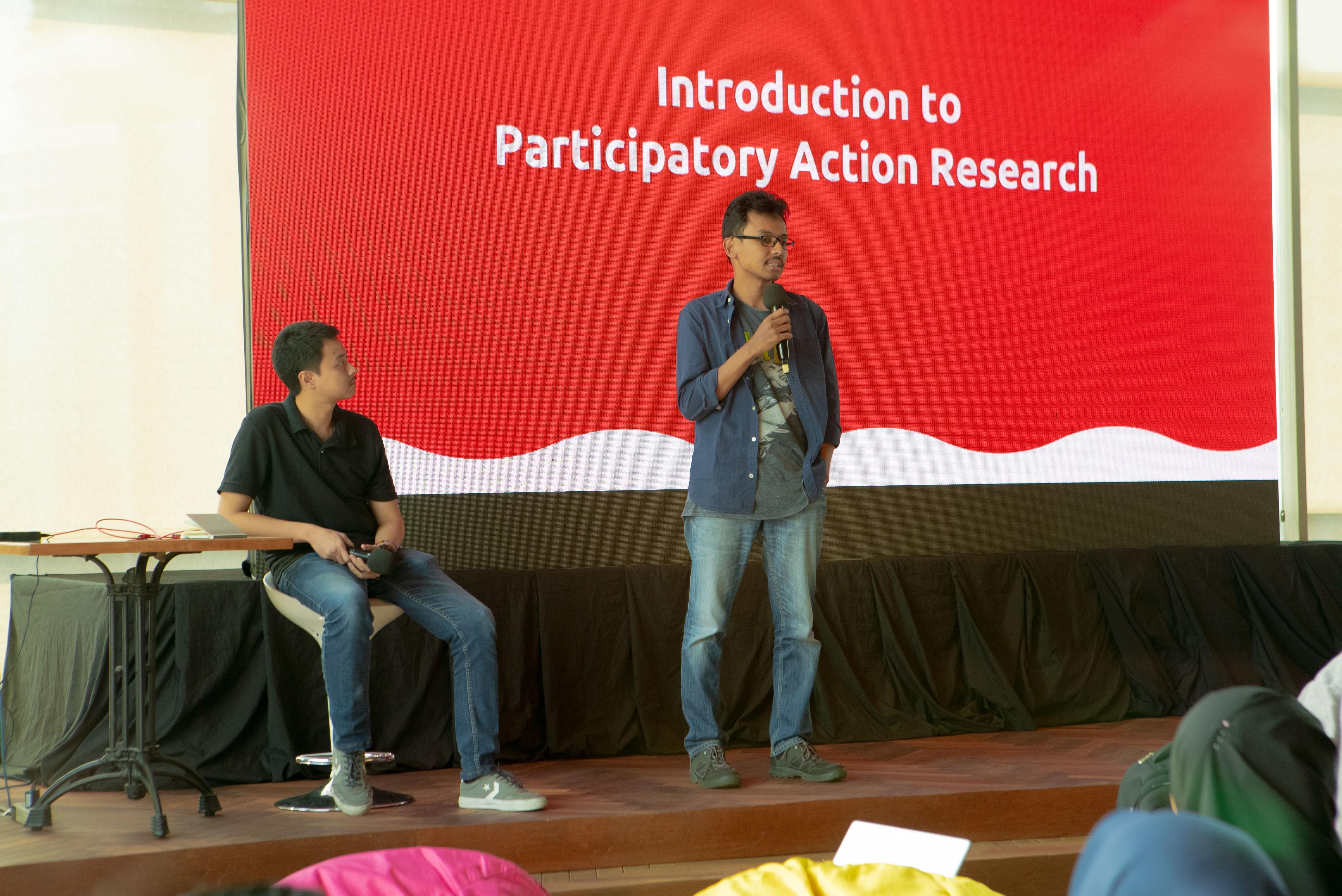 Timoti dan Pitor menjelaskan tentang materi PAR dalam pengambilan data penelitian. (Dokumentasi: Tim Dayamaya)