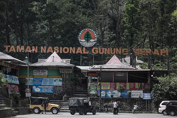 Gerbang utama pintu masuk ke area Taman Nasional Gunung Merapi di Kaliurang, Jogja