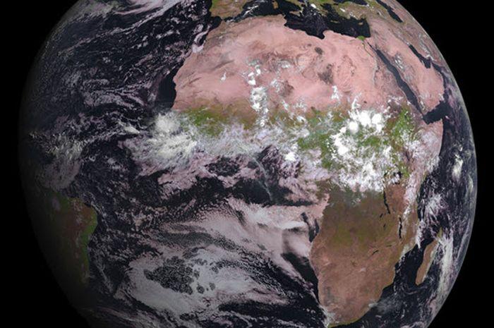 Gambar 1. Bumi Tampak Luar. Sumber: https://nationalgeographic.grid.id/read/13306754/kadar-oksigen-di-atmosfer-bumi-alami-penurunan