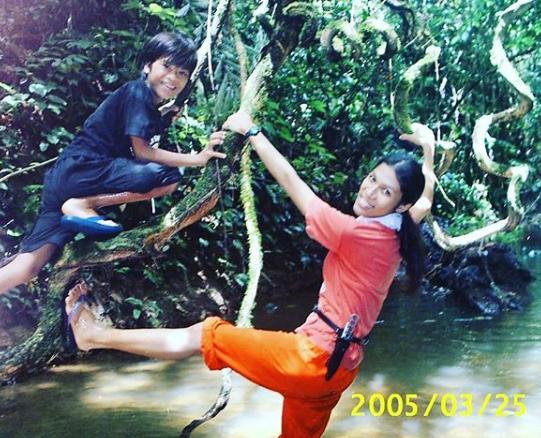 Butet Manurung sedang bermain bersama seorang anak di hutan adat Orang Rimba. Sumber foto: Instagram pribadi Butet, @butet_manurung https://www.instagram.com/p/B5sULJ7A9c8/?utm_source=ig_web_copy_link
