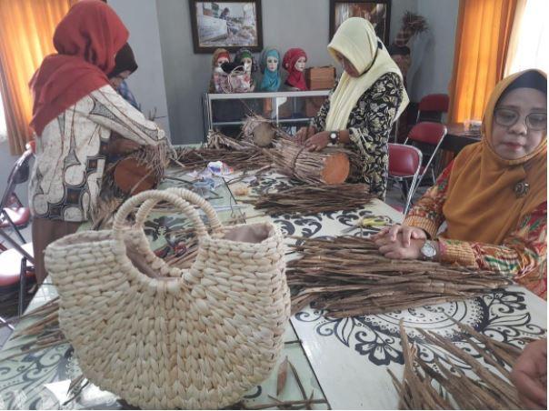 Kerajinan Anyaman dari Trenggalek. Sumber: nusadaily.com