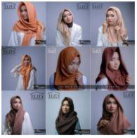 Model mengenakan beberapa pilihan warna produk kerudung © Elita Kerudung