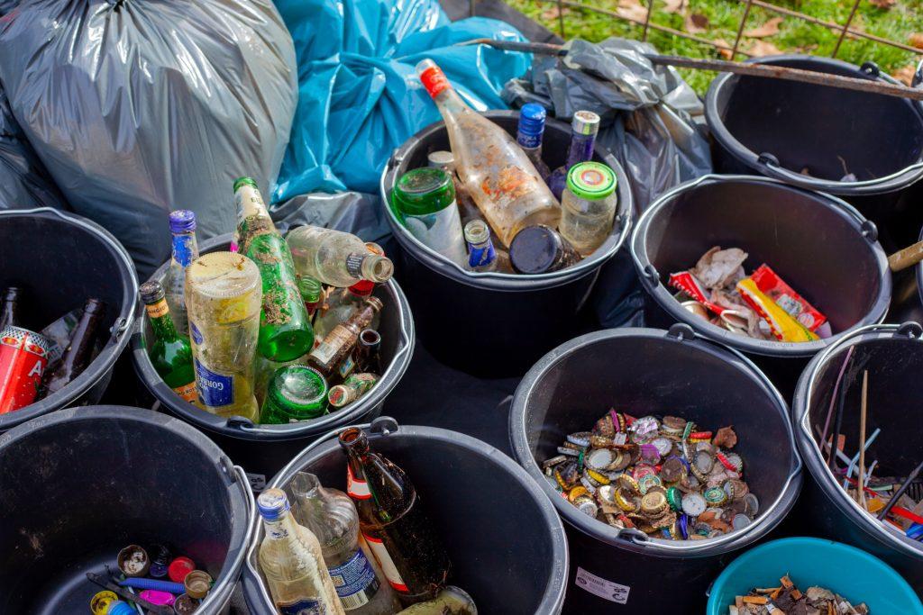Gambar 3. Mengelola sampah untuk didaur ulang