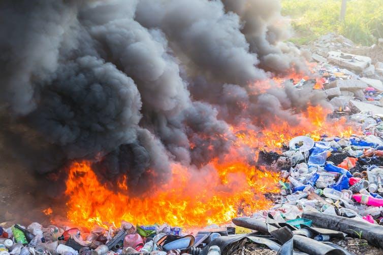 Gambar 2. Pembakaran Plastik. Sumber: theconversation.com