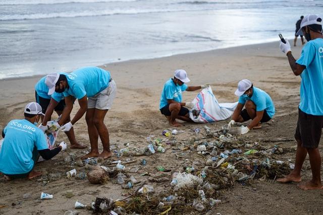 Pembersihan sampah plastik di pantai © Ocean Cleanup Group on Unsplash