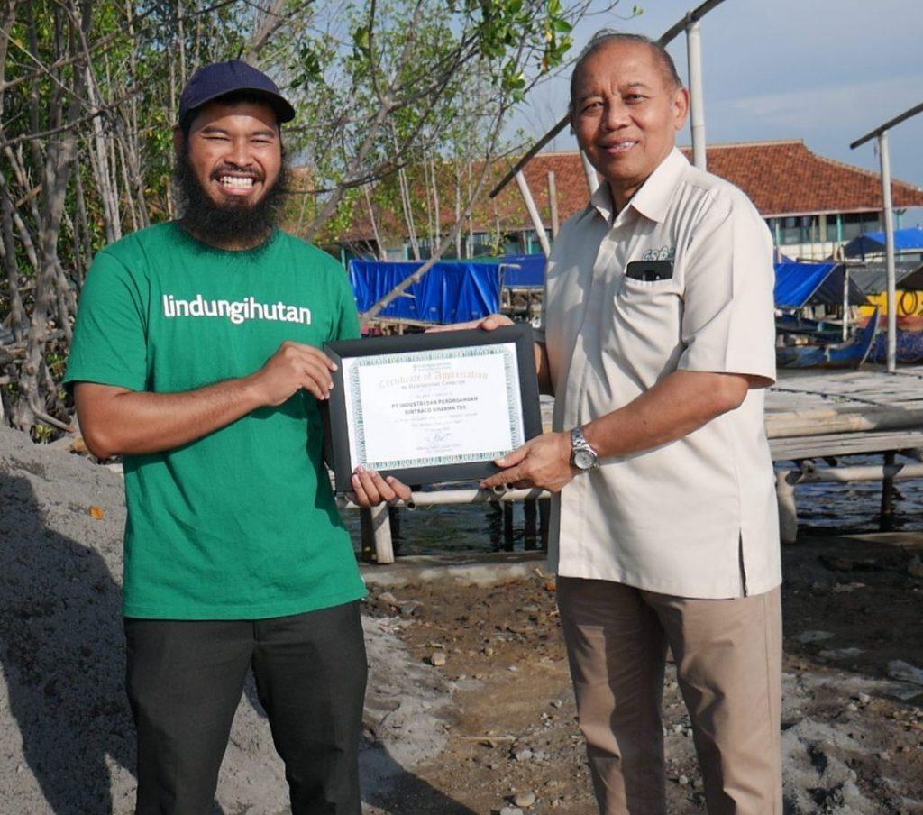 Direktur PT Bintraco Dharma Tbk bersama dengan CEO Yayasan LindungiHutan