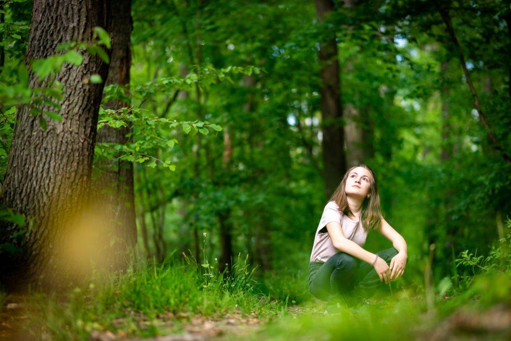 Gambar 2. Menikmati Suasana Hutan dalam Forest Therapy