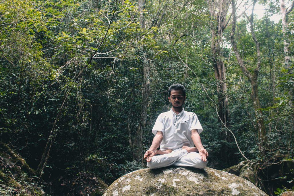 Gambar 4. Praktik Mindfulness di dalam Hutan