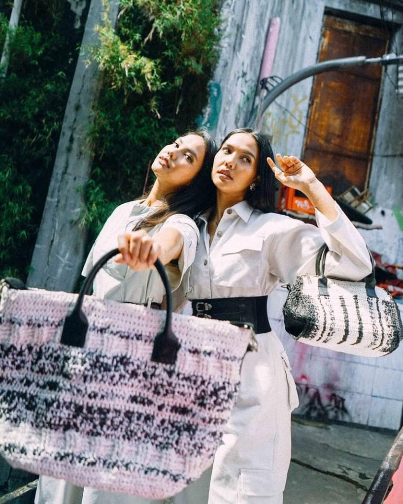 Valerie Krasnasari dan Veronika Krasnasari Mempromosikan Tas Daur Ulang dari Cibunut © @twnseco