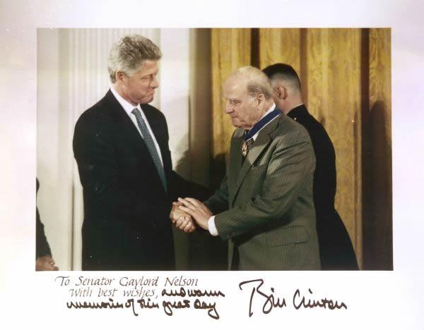 Gambar 4 Pemberian Medal of Freedom kepada Nelson oleh Presiden AS Bill Clinton