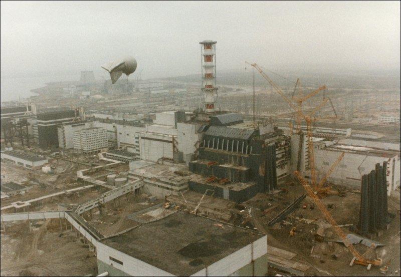 Gambar 2 Tampak Pembangkit Tenaga Nuklir Chernobyl setelah Ledakan pada Tahun 1986