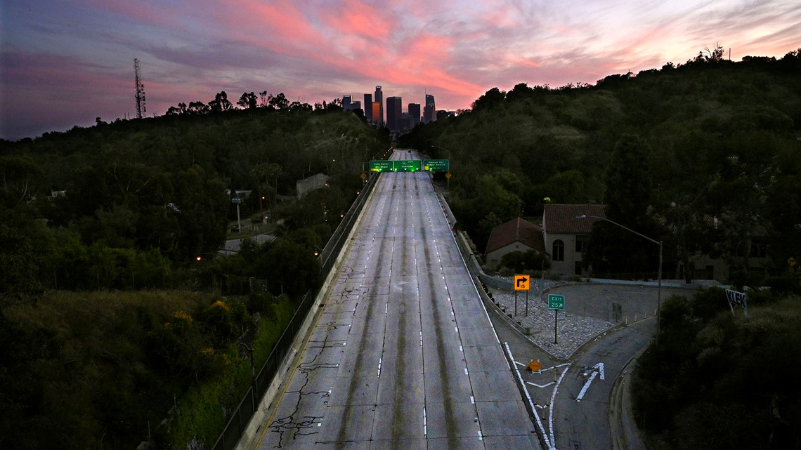 Gambar 2. Seperti Kota Tak Berpenghuni, Jalur Kosong dari 110 Arroyo Seco Parkway yang Mengarah ke Pusat Kota Los Angeles Terlihat saat Wabah Virus Corona Melanda Los Angeles.