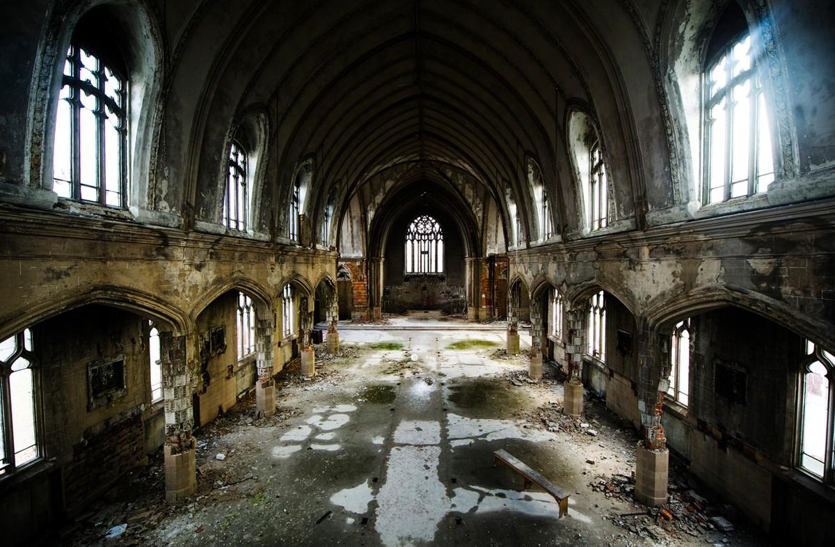 Gambar 3. Contoh Tempat yang Tidak Dihuni Manusia, Gereja Katolik Uganda yang Ditinggalkan, di Detroit, Michigan, yang Mulai Rapuh.