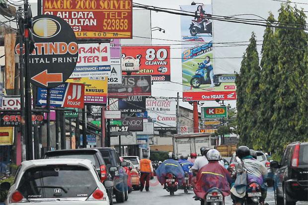 Gambar 2 Iklan Menguasai Ruang Publik Di Yogyakarta.