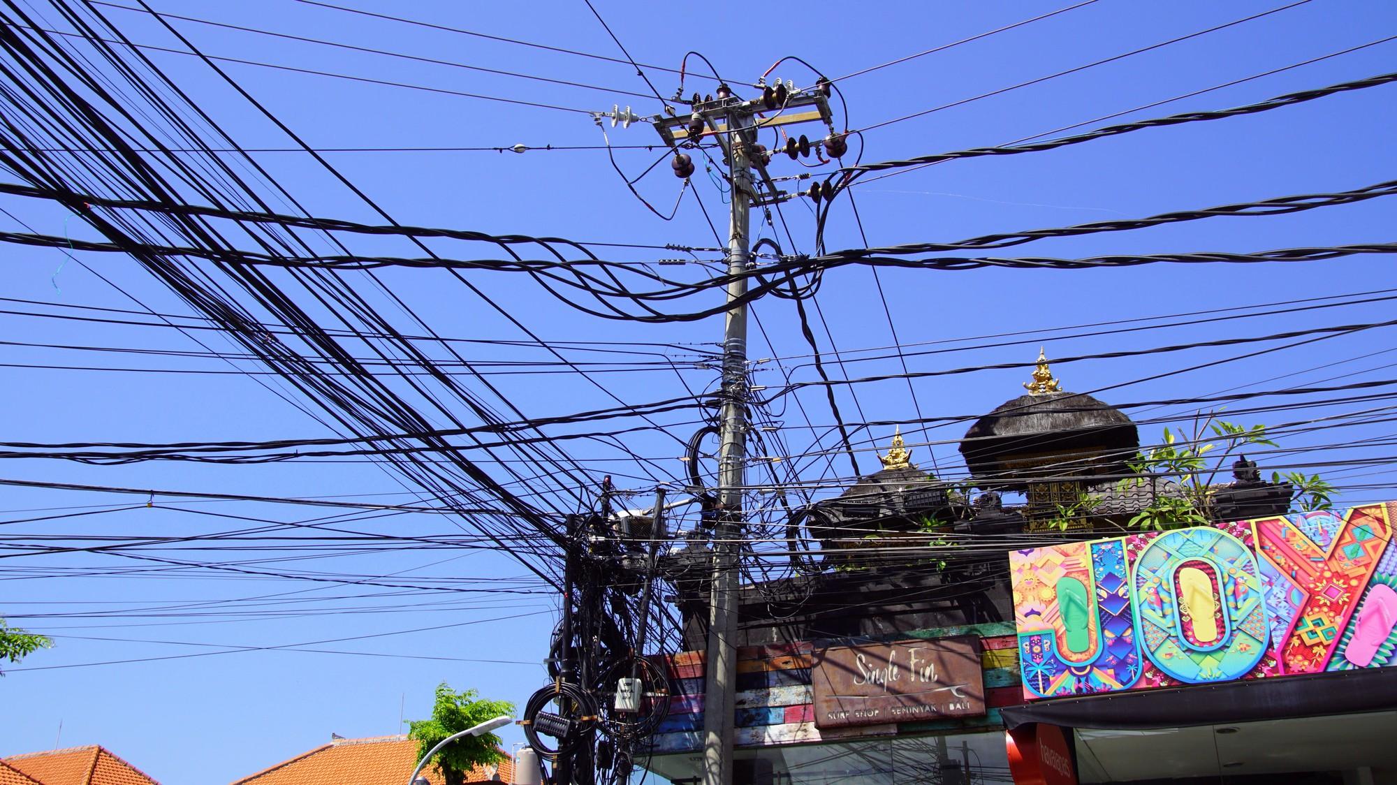 Gambar 3 Penampakan Kabel Listrik Tak Beraturan Di Bali.
