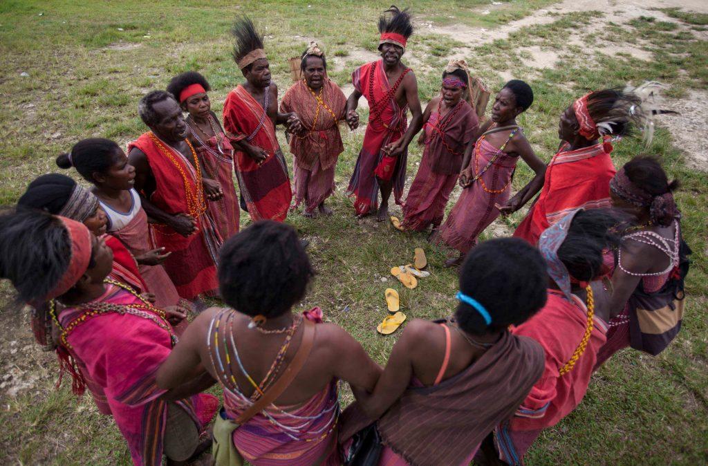 Gambar 5 Orang Papua Dari Suku Tehit Menari Saat Upacara Adat di Teminabuan, Sorong Selatan, Papua Barat.