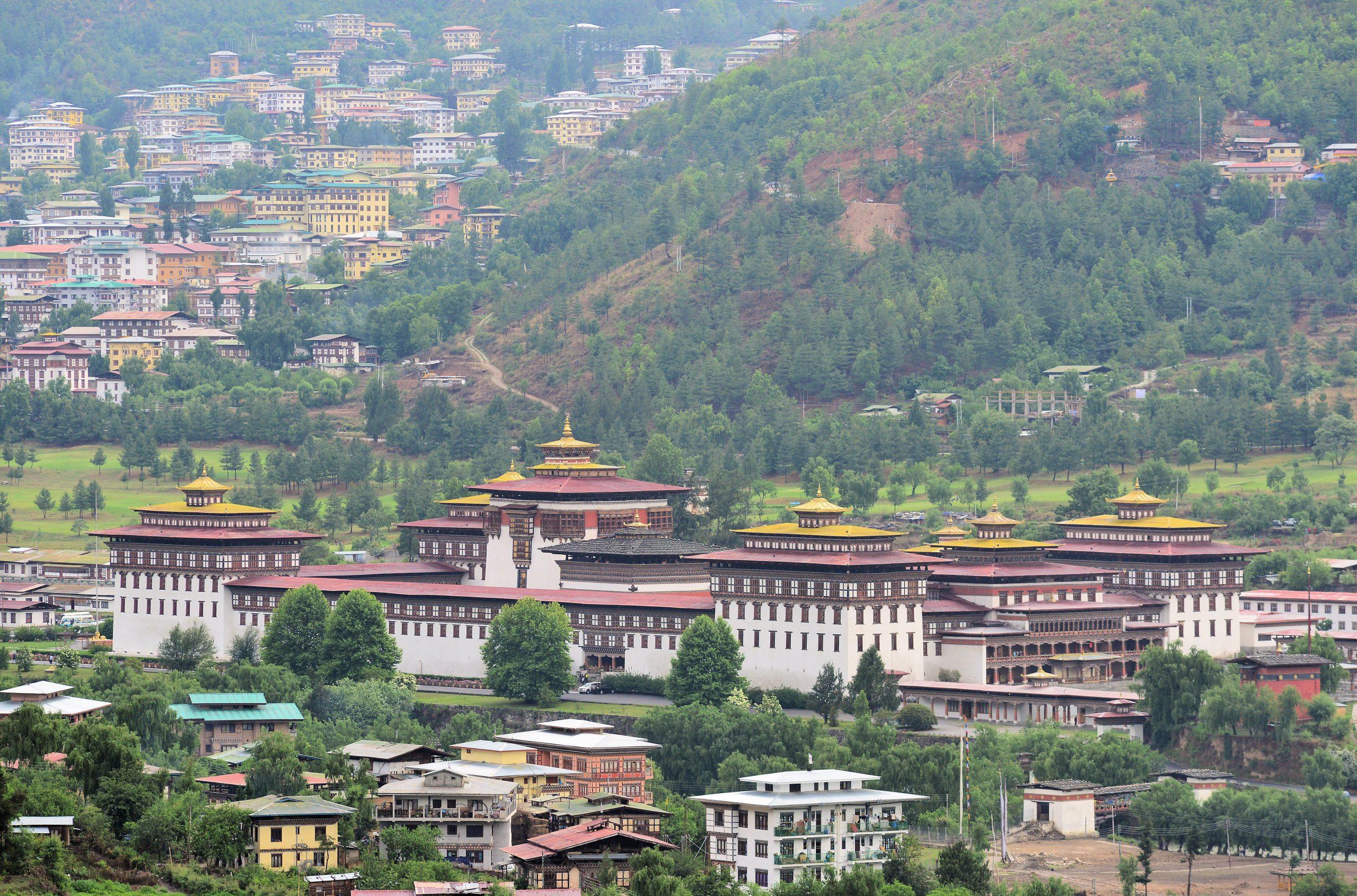 Gambar 1 Keadaan alam Bhutan yang masih asri dan hijau.
